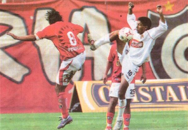 Juan Carlos Bazalar y Hilden Salas pelean el balón el día que, por primera vez, Melgar superó a Cienciano en Cusco por 2-3. Fue en el Apertura 2007 (Foto: Recorte: diario Líbero)