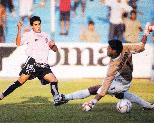 Víctor Rossel supera a Erick Delgado cuando en el Apertura 2007 le anotó su primer gol a Cristal (Recorte: diario El Bocón)