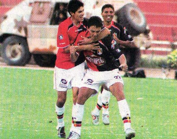 El 'Sapito' Pereyra busca celebrar su gol sobre Alianza Atlético en 2007 pero sus compañeros se lo impiden (Recorte: diario Líbero)