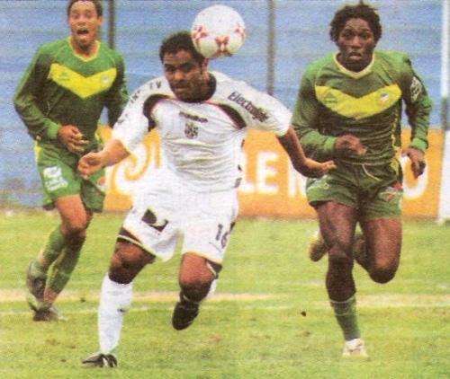 Pedro García escapa a la marca de Víctor Cartagena en el San Martín - Áncash que, tras que esos mismos rivales hubieran jugado en la última fecha del Apertura 2008, abrió el Clausura de ese mismo año. (Recorte: diario Líbero)