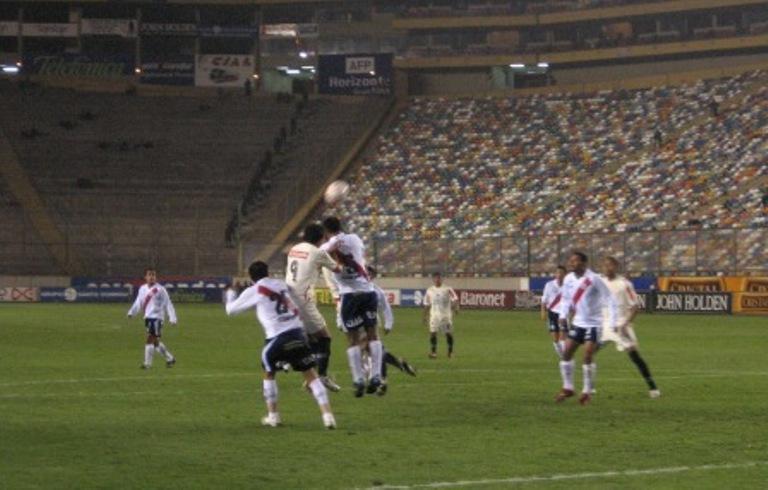 Ramos despeja ante la arremetida de Fano. Universitario volvió a desperdiciar muchas situaciones de gol (Foto: Martín Velásquez / DeChalaca.com)
