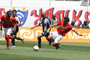 Junior Viza, de destacada participación en el último clásico, no pudo hacer nada ante la superioridad del cuadro rojo. (Foto: diario Correo de Ayacucho)