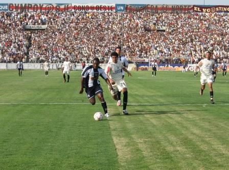 Mauricio Mendoza fue el único que causó peligro por el lado de Alianza en la primera parte, pero con poca fortuna (Foto: Martín Velásquez / DeChalaca.com)