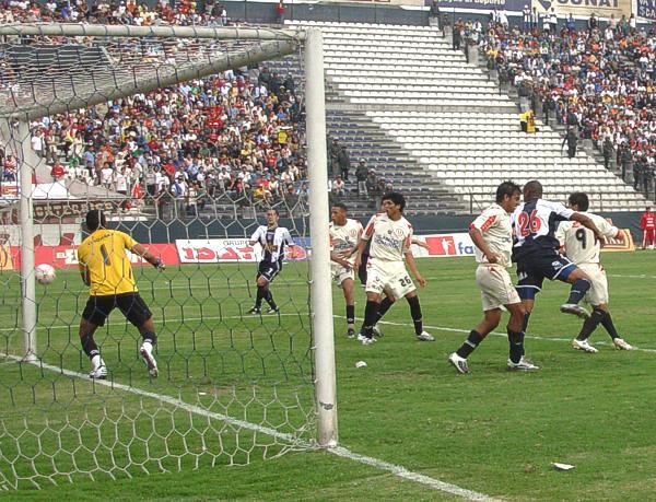 Aunque desordenadamente, Alianza logró volcarse en el segundo tiempo al arco de Fernández para procurar el empate (Foto: Gian Saldarriaga / DeChalaca.com)