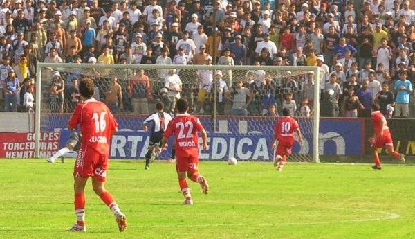 Jugada previa al gol de Cominges, cuando Bolo se vislumbraba ganador (Foto: Gian Saldarriaga / DeChalaca.com)