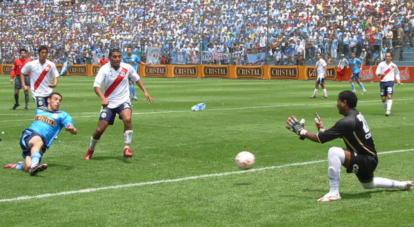 Paulo Ramos en acción para Municipal en la temporada 2007. Hoy, por deudas vigentes con él, la 'Academia' podría perder el paso en la Segunda (Foto: Gian Saldarriaga / DeChalaca.com)