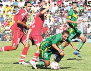 Áncash y Bolognesi en acción por el Clausura 2007. Fue el empate que salvó a los escarlatas de la baja (Foto: diario Correo de Tacna)