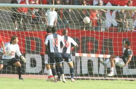Llanos no puede despejar en la línea el cabezazo de Saritama (fuera de la foto) y se decreta el empate aliancista (Foto: hinchasfbcmelgar.com)