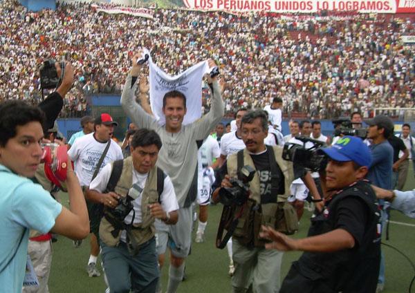 Leao Butrón celebra el título de la San Martín en 2007, temporada en la que no hizo falta jugar una final nacional. ¿Acaso el arquero de Alianza Lima lo podrá volver a hacer? (Foto: archivo DeChalaca.com)