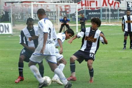 Martín Tenemás (izquierda) jugó contra su ex equipo y lo hizo en forma bastante aceptable. Reimond Manco tuvo solo chispazos (Foto: diario El Tiempo de Piura)