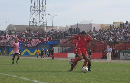 El mexicano Cortés fue baluarte importante en el carril izquierdo tacneño en el Callao (Foto: Abelardo Delgado / DeChalaca.com)