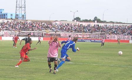 Carlos Alberto Pérez lamenta una ocasión errada. El guaraní anotó el tanto rosado (Foto: Abelardo Delgado / DeChalaca.com)