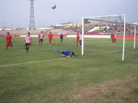 El ataque de Boys fue frecuente vía pelotazos, pero mayor peligro llevaron los contragolpes bolognesianos (Foto: Abelardo Delgado / DeChalaca.com)