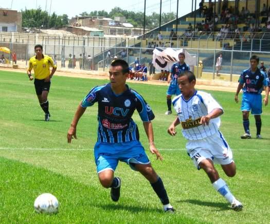 Erick Torres, acá superando a Colán, marcó de penal el segundo gol vallejiano (Foto: diario El Tiempo de Piura)