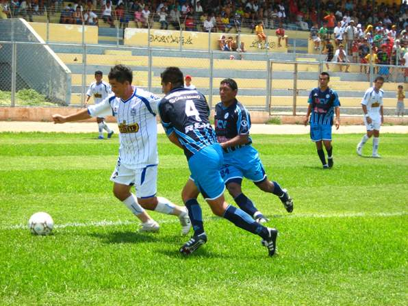 Pedro Ascoy no aportó mucho en el ataque sullanero. Acá lucha el balón con Hernández y Andonaire (Foto: diario El Tiempo de Piura)