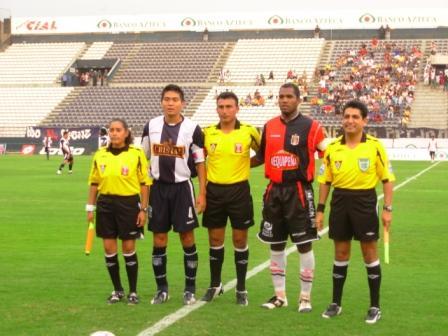 El árbitro Alejandro Villanueva tuvo un apoteósico recibimiento (Foto: Martín Velásquez / DeChalaca.com)