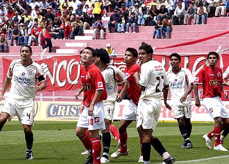 Galván (izquierda) tampoco supon mantener el control y se fue expulsado (Foto: Diario del Cusco)