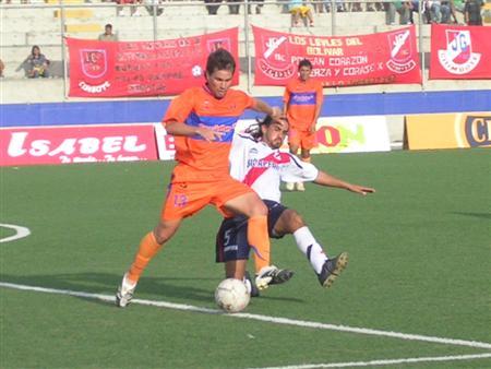 Roberto Duffoó jugó de líbero. Acá es marcado por Carlos Ibarra (Foto: Diario de Chimbote)
