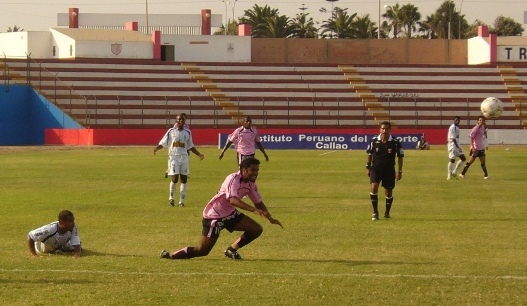 Se le escapa el balón a Cabada. Boys tiene poco que escarbar en su plantel (Foto: Abelardo Delgado / DeChalaca.com)