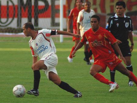Candelo escapa a la marca de Linares. El 'Mago' cumplió una baja actuación, lejos de sus credenciales (Foto: Radio Uno de Tacna)