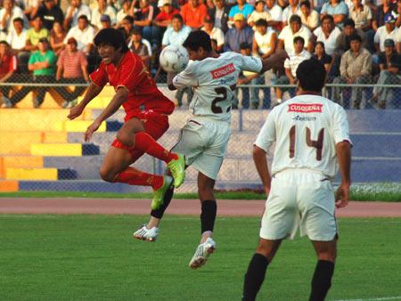 Mostto al salto con Duarte. El goleador sigue sin encontrar el arco rival (Foto: Radio Uno de Tacna)