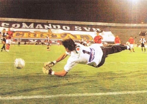 Alberto Bologna le ataja un penal a Aldo Olcese en el Alianza - Cienciano del Apertura 2008. (Recorte: diario El Bocón)