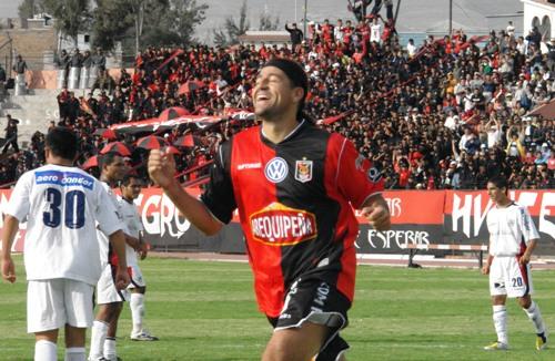 Con la rojinegra de Melgar estuvo solo un año pero le alcanzó para lograr ser el goleador histórico (Foto: Prensa FBC Melgar)
