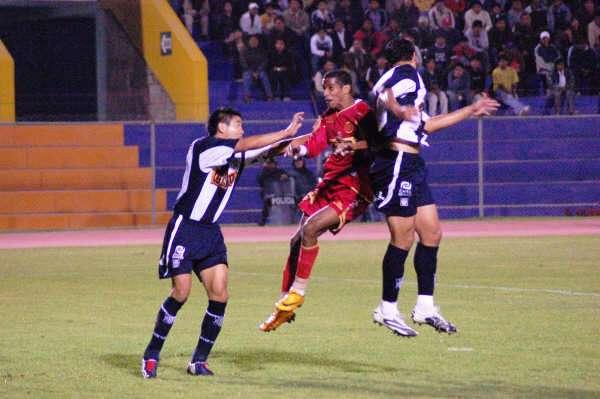 Junior Ross va al salto mientras Ernesto Arakaki busca contenerlo como sea la vez que Bolognesi le ganó a Alianza por 1-0 en Tacna durante el Apertura de 2008 (Foto: Radio Uno de Tacna)