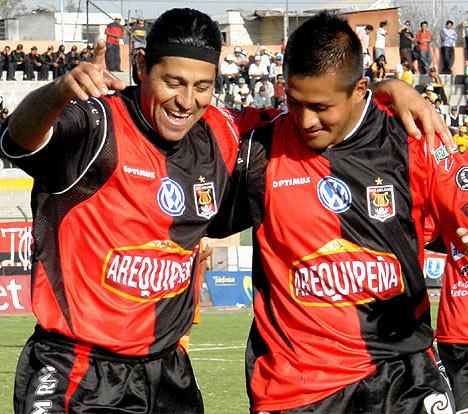 Ibarra, acá celebrando con Gárate, volvió a hacerse presente en el marcador (Foto: Prensa FBC Melgar)