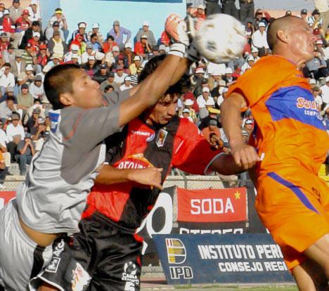 El arquero de Minero, Gianfranco Castellanos, tuvo que esforzarse en el juego aéreo (Foto: Prensa FBC Melgar)