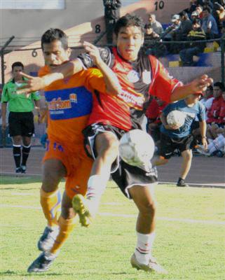 Nórbil Romero y Luis Rodolfo Ojeda, acá luchando el balón, fueron expulsados por la jueza Silvia Reyes (Foto: Prensa FBC Melgar)