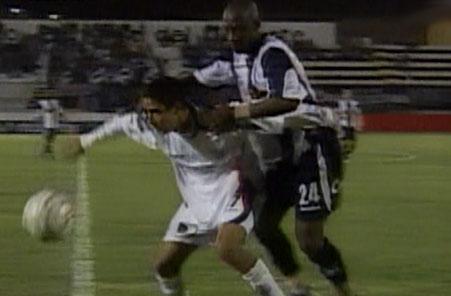Herrera fue  lo menos malo de Alianza ante San Martín. Acá encima al juvenil Rebaza (Captura: CMD)