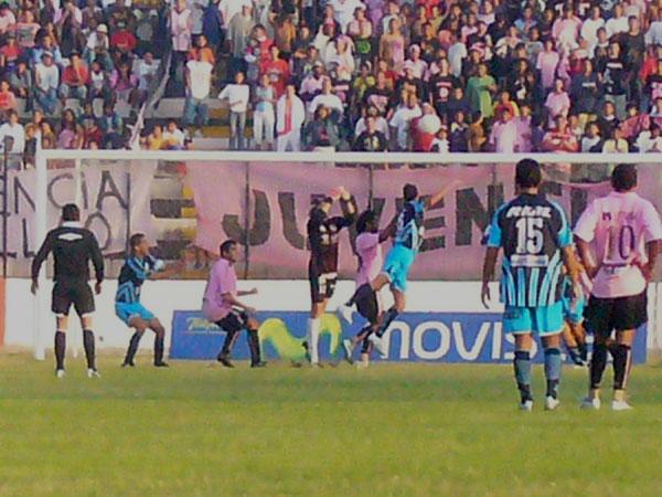 Libman jugó lesionado buena parte del segundo tiempo, pese a lo cual defendió óptimamente su valla (Foto: Abelardo Delgado / DeChalaca.com)