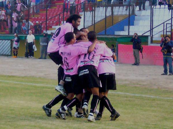 La explosión del conjunto rosado tras el tanto de Pérez (Foto: Abelardo Delgado / DeChalaca.com)