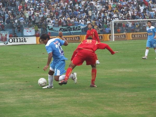 Prado escapa a la marca de Novoa. 'Bolo' hizo bien su trabajo en el San Martín para rescatar un punto (Foto: Abelardo Delgado / DeChalaca.com)