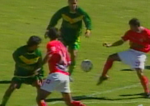 Alonso Bazalar contiene un ataque huaracino. Junto a Ortiz, quien aparece a la izquierda, cumplió en las labores de contención (Captura: CMD)
