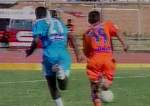 Leiva se le escapa a Ramos. Los celestes no se acostumbran a jugar con línea de tres al fondo (Captura: CMD)
