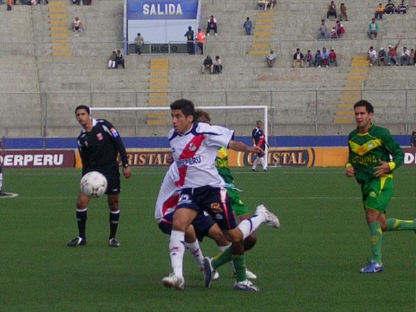 Víctor Oviedo se interna en campo ancashino. El volante jugó por derecha en el rombo planteado por 'Rafo' Castillo (Foto: Diario de Chimbote)
