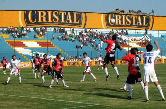 Ramos se bate en la zaga dominó. El partido fue un solo de ataques de la San Martín (Foto: Gian Saldarriaga / DeChalaca.com)