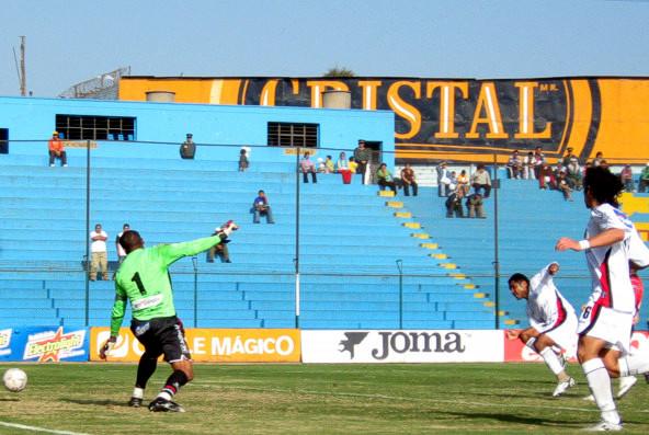 Definición de Pedro García ante el uruguayo Rodríguez para decretar el 2-0 (Foto: Gian Saldarriaga / DeChalaca.com)