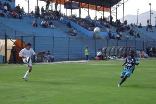 Ovelar centra ante la mirada de Yosimar Sáenz. El paraguayo anotó el cuarto tanto santo (Foto: Abelardo Delgado / DeChalaca.com)