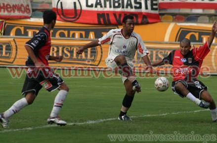 En esta jugada, Neyra anotó en el arco de Rodríguez, pero el gol fue anulado por carga ilícita (Foto: universitario.pe)