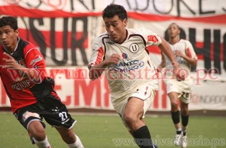 'Malingas' Jiménez ante la marca del juvenil Flores (Foto: universitario.pe)