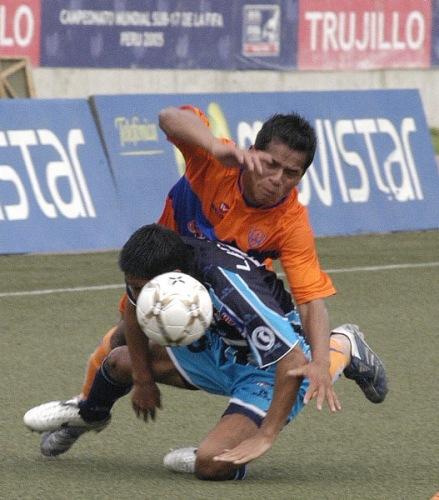 CLAUSURA - FECHA 4. En Trujillo, con goles de 'Ropita' Benavides y Portillo, Minero dio el golpe y ganó 1-2 a Vallejo. En escena, Rodolfo Ojeda lucha con todo un balón (Foto: diario La Industria de Trujillo)