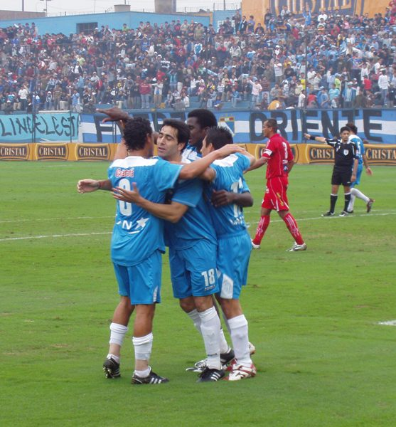 La escena más repetida en el año: Ximénez en medio del abrazo de sus compañeros y el delirio de la tribuna rimense al fondo (Foto: Abelardo Delgado / DeChalaca.com)