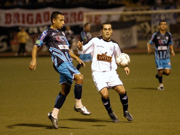 Marko Ciurlizza viste de blanco en Trujillo frente a Michael Guevara, la vez que Alianza superó a la Vallejo por 0-2 (Foto: diario La Industria de Trujillo)