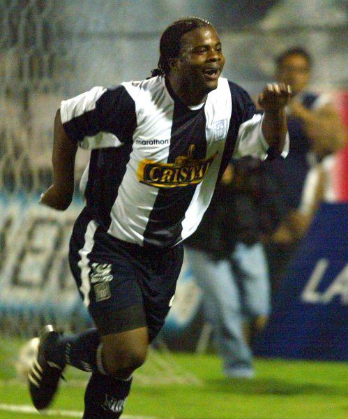 Johnnier Montaño celebra el que fue su primer gol a Cienciano en 2008 con camiseta blanquiazul (Foto: ANDINA)