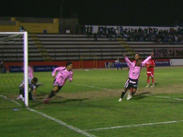 Festejo de Sport Boys luego del gol de Flavio Maestri en el empate 1-1 ante Aurich por el Clausura 2008, en el Grau. (Foto: archivo DeChalaca.com)