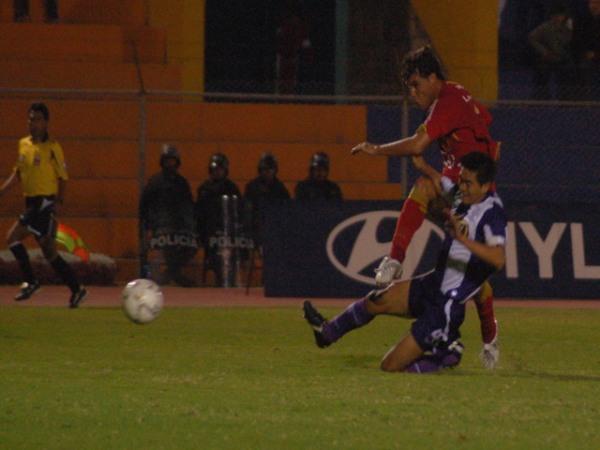 CLAUSURA – FECHA 15. Demus remata ante el asedio de Arakaki. Bolognesi hizo todo para ganar ese partido que terminó perdiendo 3-4 (Foto: Radio Uno de Tacna)