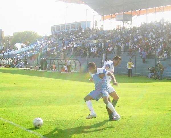 El 'Chorri' Palacios es frenado por 'Manzanón' Hernández en el Cristal 1 - Vallejo 1 del Clausura 2008 (Foto: Abelardo Delgado / DeChalaca.com)